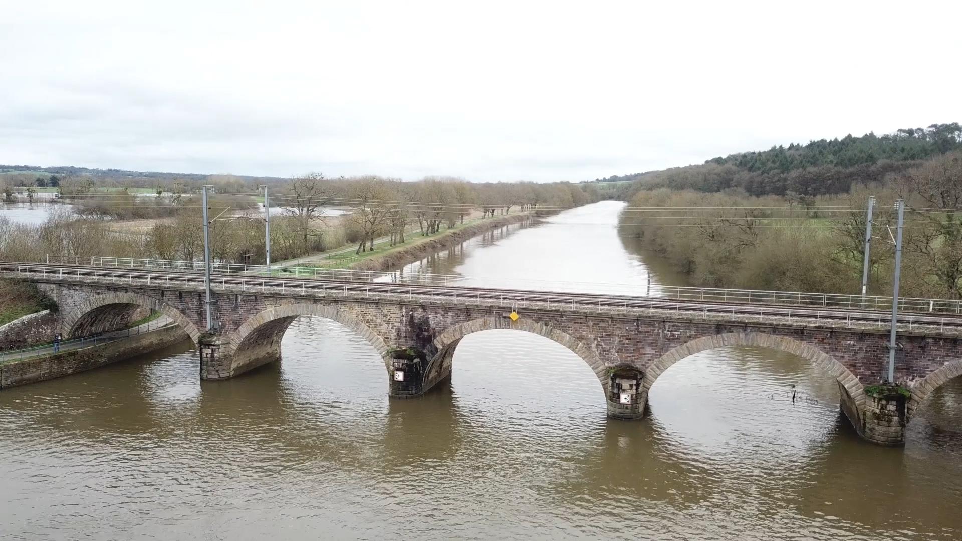 Vue de drone d'un pont de chemin de fer