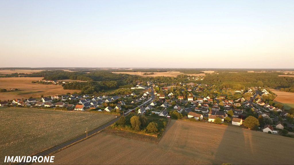 Photo prise par un drone de la ville d'Auzouer-en-touraine