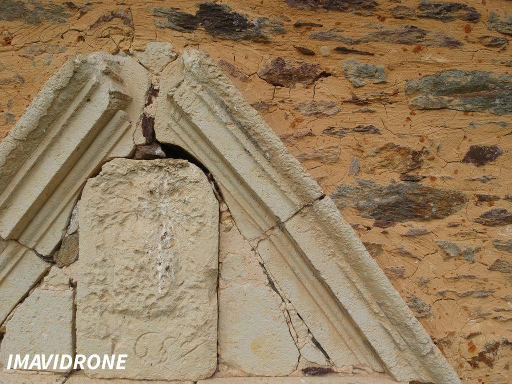 Photo prise par un drone d'une façade en tuffeau