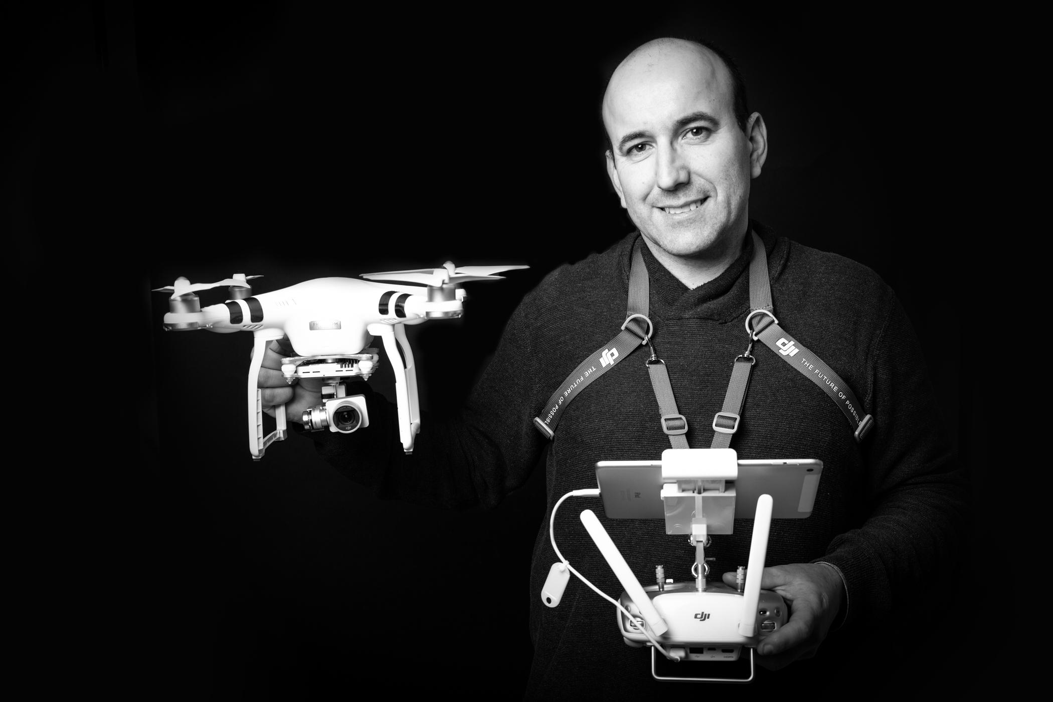 portrait de Damien Angier portant un drone